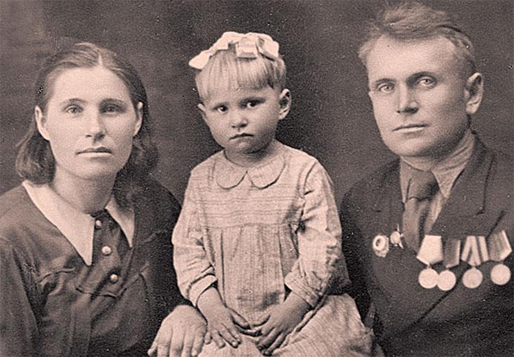 Фронтовики Башмаковы с дочкой Валентиной. Фото 1948 года